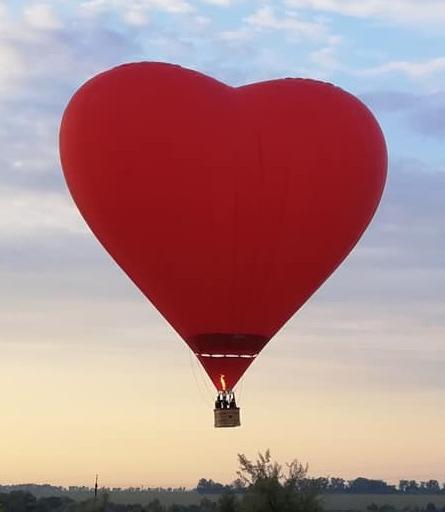 На повітряній кулі-серці